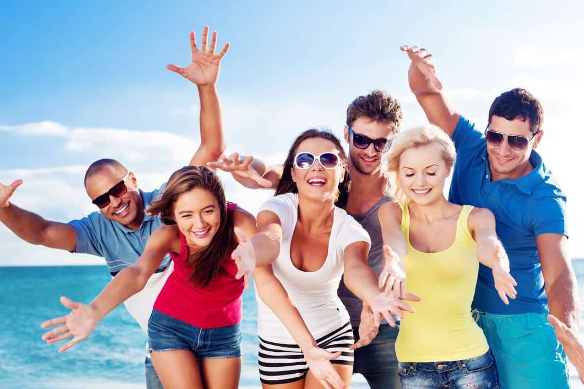 ¿Cómo ser feliz? Según los últimos estudios viajar en grupo es una de las claves